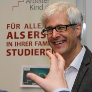 Moderator Tobias Gombert vom Bildungs- und TagungsZentrum HVHS Springe e.V. (Foto: ArbeiterKind.de)