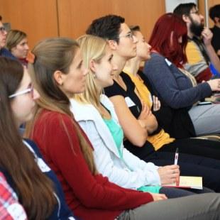 Berufseinstiegstag 2017 in Jena: Aufmerskame Zuhörerinnen schauen in Richtung Bühne (Foto: ArbeiterKind.de)