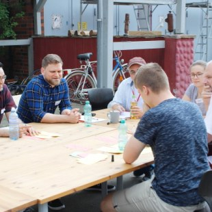 Regionaltreffen Kaiserslautern: Gesprächsrunde im Hof (Foto: ArbeiterKind.de)