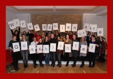 Bild zum Video: Das komplette ArbeiterKind.de hält Buchstaben hoch und es ist zu lesen: Wir erzählen unsere Geschichte!