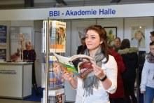 Bild einer Besucherin, die eine Broschüre in der Hand hat. (Foto: Chance Halle)