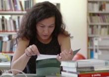 Mentorin Burcu beim Lernen in der Bib.