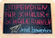 Tafel auf der steht: Stipendien für Schüler und Schülerinnen - jetzt bewerben