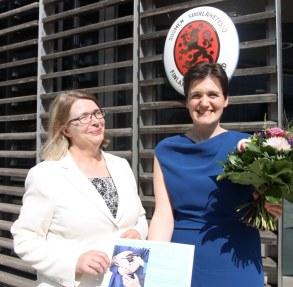 ArbeiterKind.de-Gründerin Katja Urbatsch mit Botschafterin Anne Sipiläinen vor der Botschaft in Berlin (Foto: Sofie Backman/ Botschaft von Finnland in Berlin)